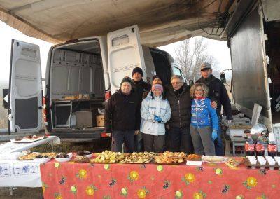 Alcuni volontari al freddo in un ristoro lungo il percorso dei tre fiumi