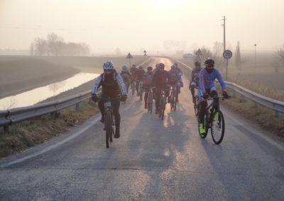 Arrivo dei ciclisti al ristoro, al alba